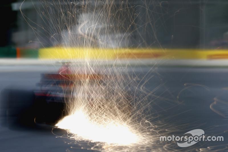 Funkenflug bei Max Verstappen, Red Bull Racing RB13