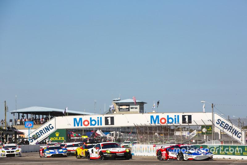 GTLM start, #66 Ford Performance Chip Ganassi Racing Ford GT: Joey Hand, Dirk Müller, Sébastien Bourdais leads
