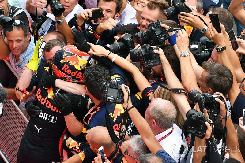 Il vincitore della gara Max Verstappen, Red Bull Racing festeggia nel parco chiuso