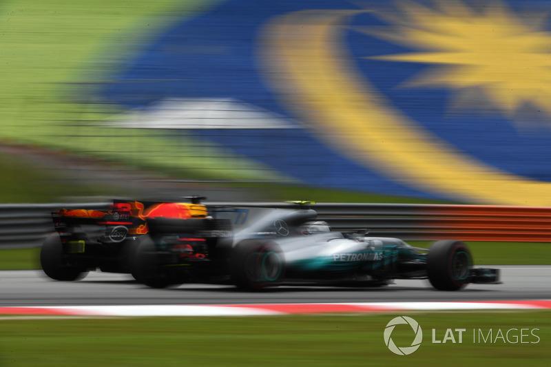 Daniel Ricciardo, Red Bull Racing RB13 and Valtteri Bottas, Mercedes-Benz F1 W08