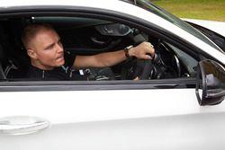 Гонщик Mercedes AMG F1 Валттери Боттас за рулем Mercedes AMG C63 S Coupe