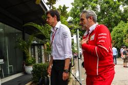 Toto Wolff, directeur exécutif de Mercedes AMG F1 et Maurizio Arrivabene, Team Principal Ferrari