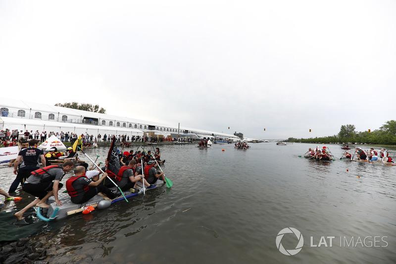 L'équipe McLaren aborde la course de radeaux
