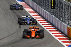 Stoffel Vandoorne, McLaren MCL32; Marcus Ericsson, Sauber C36; Pascal Wehrlein, Sauber C36