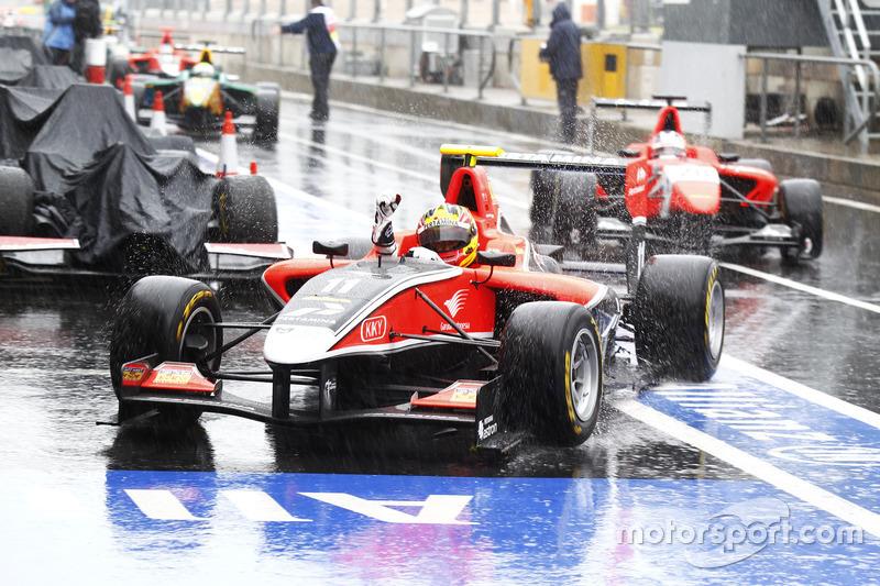 Rio Haryanto menuju parc ferme, setelah meraih kemenangan di Race 2 GP3 Hongaria 2011.
