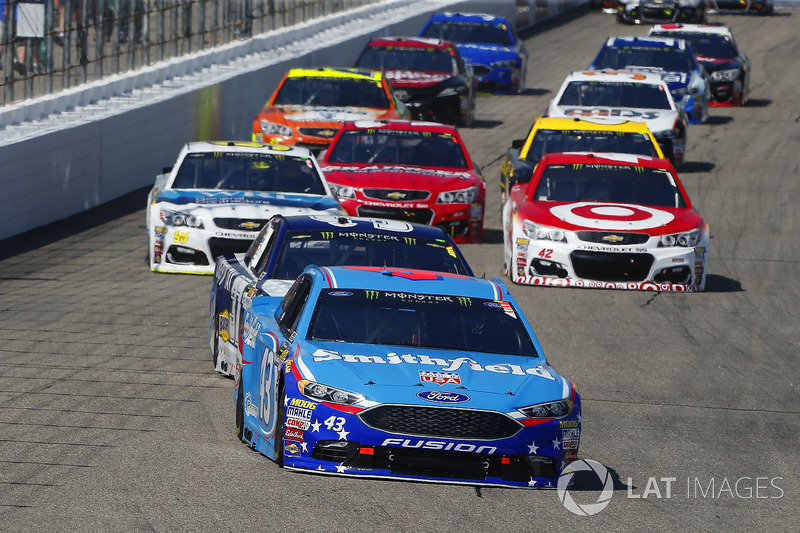 Aric Almirola, Richard Petty Motorsports Ford, Chris Buescher, JTG Daugherty Racing Chevrolet