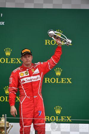 Kimi Raikkonen, Ferrari celebra en el podio con el trofeo
