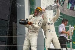 Lewis Hamilton, Mercedes AMG F1 et Valtteri Bottas, Mercedes AMG F1 sur le podium, avec le champagne