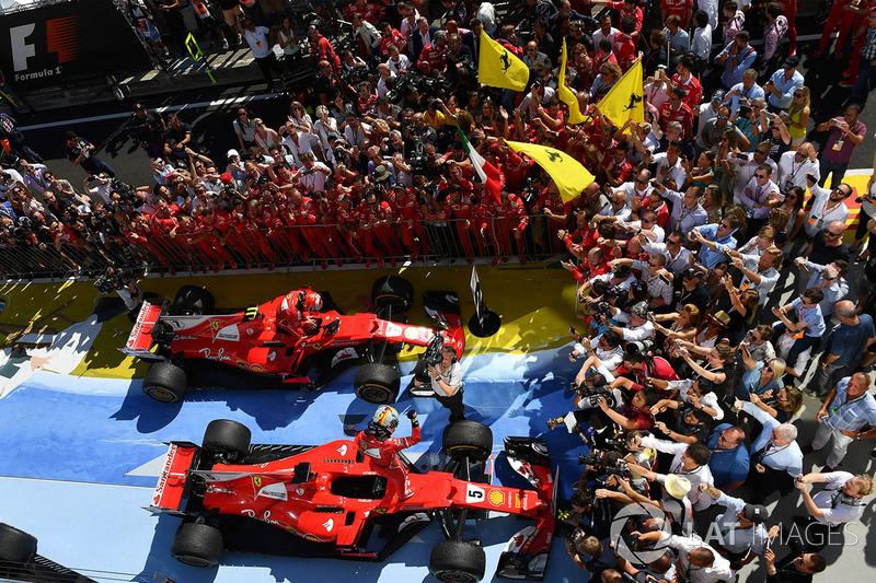 Il vincitore della gara Sebastian Vettel, Ferrari e Kimi Raikkonen, Ferrari festeggiano nel parco chiuso