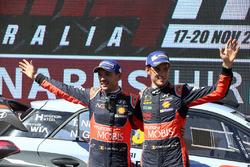Podium : les troisièmes, Thierry Neuville, Nicolas Gilsoul, Hyundai Motorsport