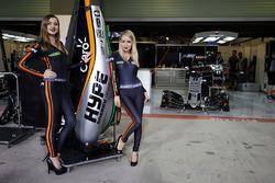 Des Hype Energy Drink Girls avec le capot moteur d'une Sahara Force India F1 VJM09