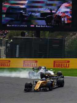 Jolyon Palmer, Renault Sport F1 Team RS17 leads Lance Stroll, Williams FW40
