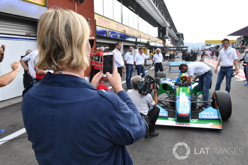 Sabine Kehm prend une photo de Mick Schumacher, Benetton B194