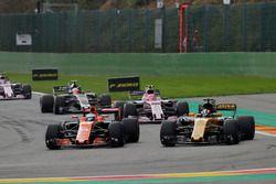 Fernando Alonso, McLaren MCL32, lutte avec Nico Hulkenberg, Renault Sport F1 Team RS17, devant Esteban Ocon, Sahara Force India F1 VJM10, Kevin Magnussen, Haas F1 Team VF-17