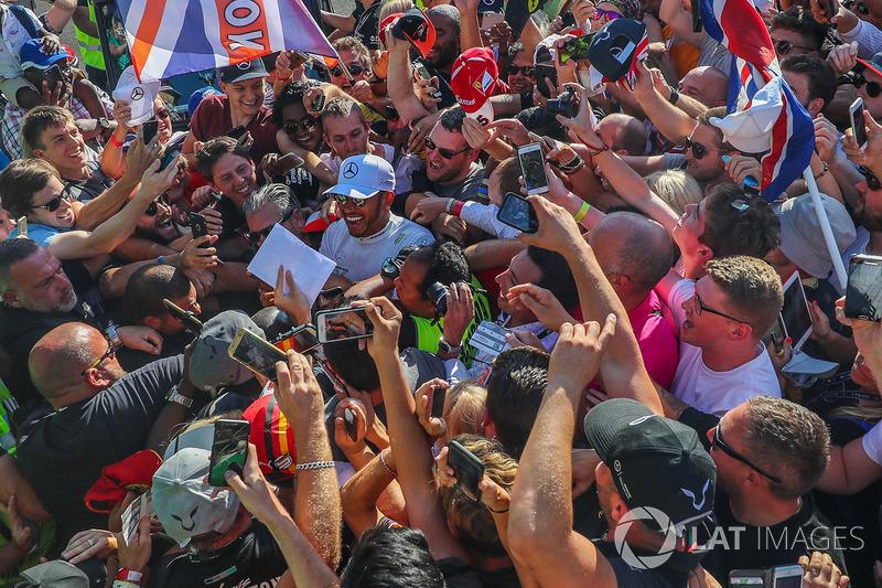 Lewis Hamilton, Mercedes AMG F1 celebrates, the fans