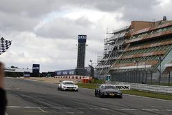Bandera a cuadros para Robert Wickens, Mercedes-AMG Team HWA, Mercedes-AMG C63 DTM