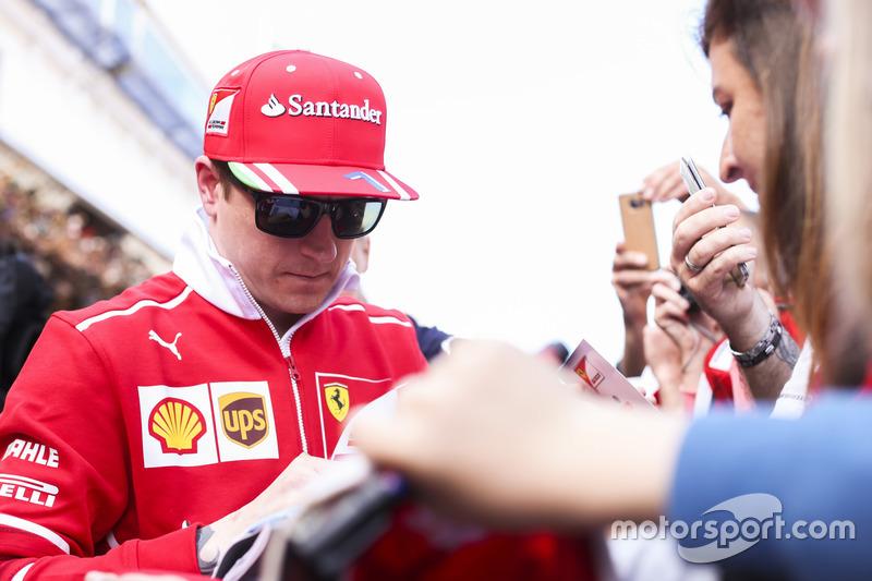 Mas Kimi também tem o coração grande. Depois de abandonar no GP da Espanha de 2017, um menino fã do finlandês caiu em prantos e foi flagrado pela transmissão. Após a prova, Raikkonen fez questão de receber o garoto no box da Ferrari.