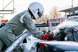 Un membro del Team Porsche rifornisce la vettura #1 Porsche Team Porsche 919 Hybrid: Neel Jani, Andr