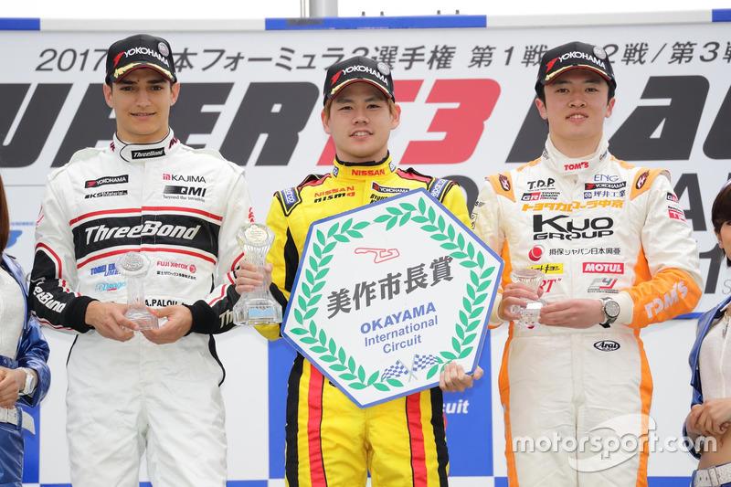 AkiraMakoto (centro), Alex Palou (izquierda), Miyata (derecha)