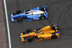 Скотт Диксон, Chip Ganassi Racing Honda, и Такума Сато, Andretti Autosport Honda