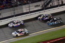 Denny Hamlin, Joe Gibbs Racing Toyota, Clint Bowyer, Stewart-Haas Racing Ford, Chase Elliott, Hendri