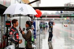 Romain Grosjean, Haas F1 Team, parle à la journaliste Lee McKenzie
