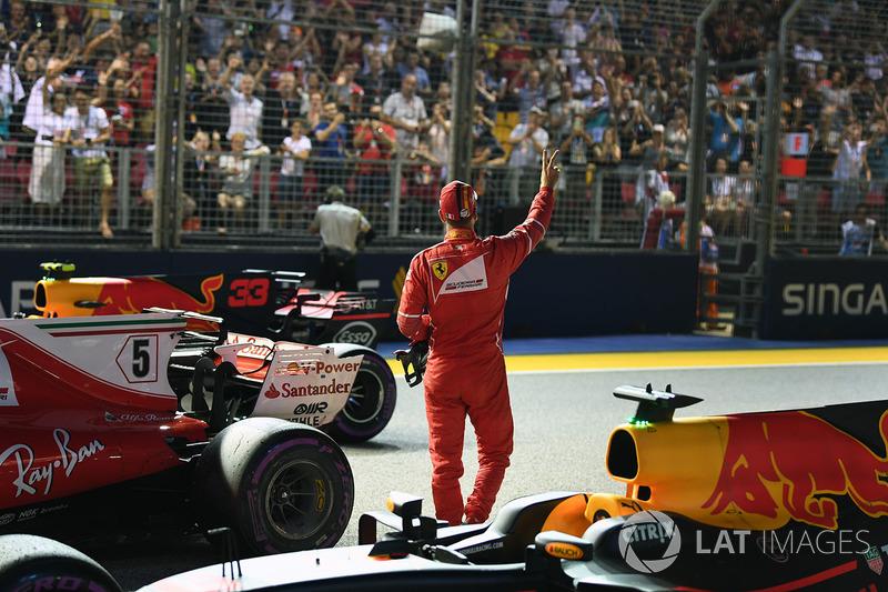 Il Poleman Sebastian Vettel, Ferrari SF70H, festeggia nel parco chiuso