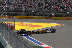 Romain Grosjean, Haas F1 Team VF-17 e Jolyon Palmer, Renault Sport F1 Team RS17, contatto