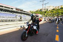 Lewis Hamilton, Mercedes AMG F1, mit Motorrad