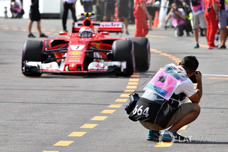 Kimi Räikkönen, Ferrari SF70-H, mit Fotograf