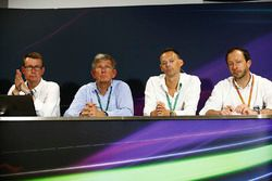 Ian Burrows, Nigel Geach, Charles Bradley, Motorsport.comed editor en jefe y Peter Bayer, FIA Secret