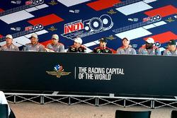 Will Power, Team Penske met teamleden na de winst in de pitstop competitie