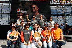 Stoffel Vandoorne, McLaren, Jenson Button, McLaren, con McLaren fans