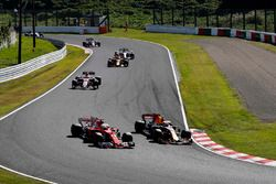 Max Verstappen, Red Bull Racing RB13, passeert Sebastian Vettel, Ferrari SF70H, bij de start van de