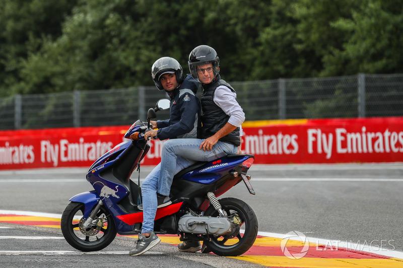 Carlos Sainz Jr., Scuderia Toro Rosso su uno scooter