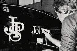 Paul Crowland, sigla a mano una F1 del Team Lotus