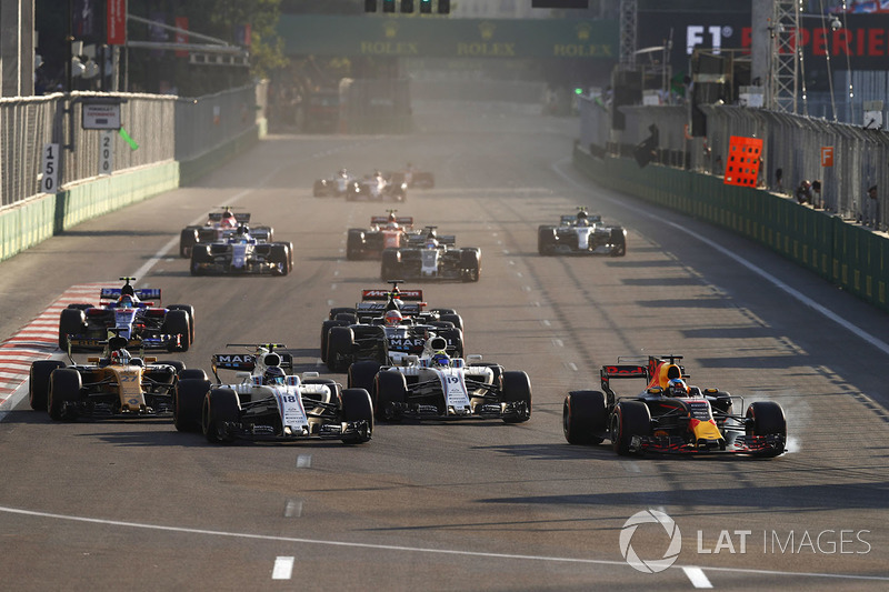 Daniel Ricciardo, Red Bull Racing RB13, locks up as he passes Lance Stroll, Williams FW40, Felipe Massa, Williams FW40 and Nico Hulkenberg, Renault Sport F1 Team RS17