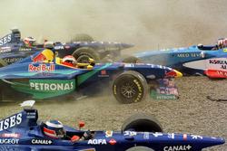 Crash: Jarno Trulli, Olivier Panis, Prost AP01; Johnny Herbert, Sauber und Alexander Wurz, Benetton