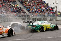 Crash van Gary Paffett, Mercedes-AMG Team HWA, Mercedes-AMG C63 DTM and Mike Rockenfeller, Audi Spor