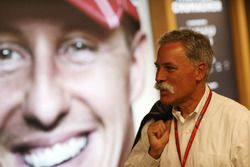 Chase Carey, voorzitter F1 met portret Michael Schumacher