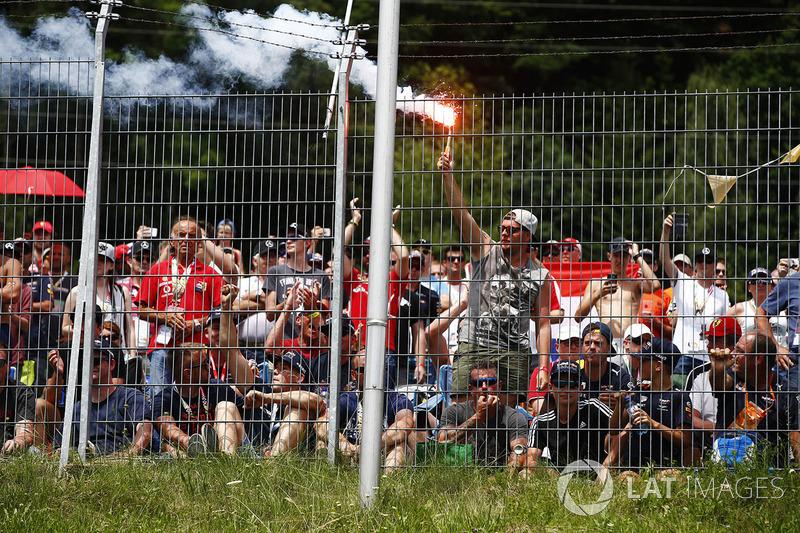 Un fan accende un fumogeno