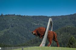 Живописный вид и скульптура быка