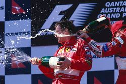 Podium : le vainqueur Eddie Irvine, Ferrari fête sa victoire