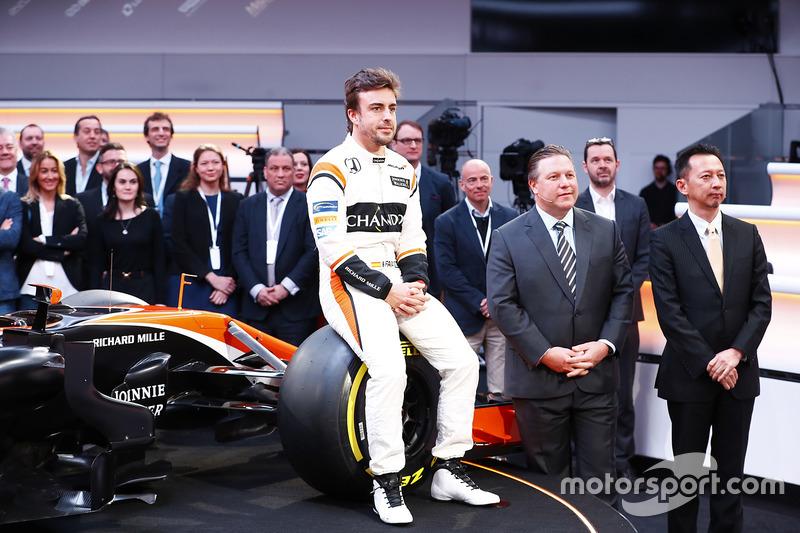 Fernando Alonso, McLaren, sentado en la rueda delantera del MCL32, junto a Zak Brown, Director Ejecu