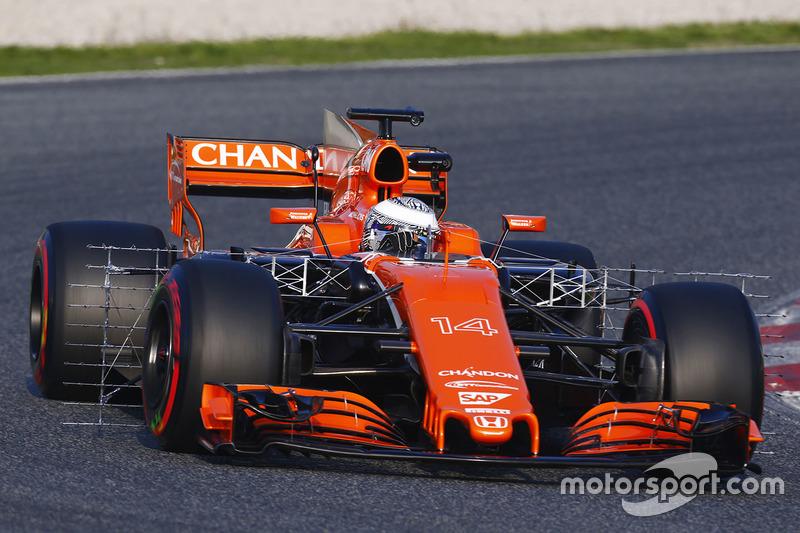 """Fernando Alonso, équipé d'un casque """"camouflage"""" sur le tracé de Barcelone"""
