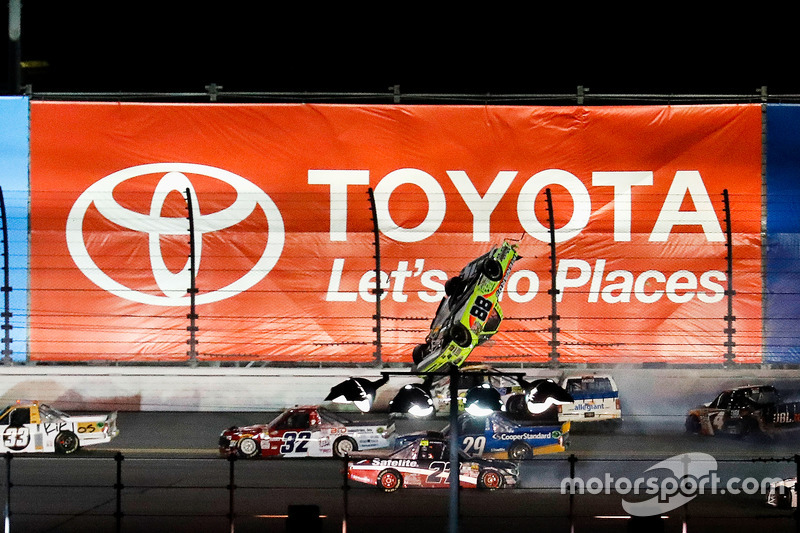 5. Matt Crafton, ThorSport Racing Toyota, sale por los aires