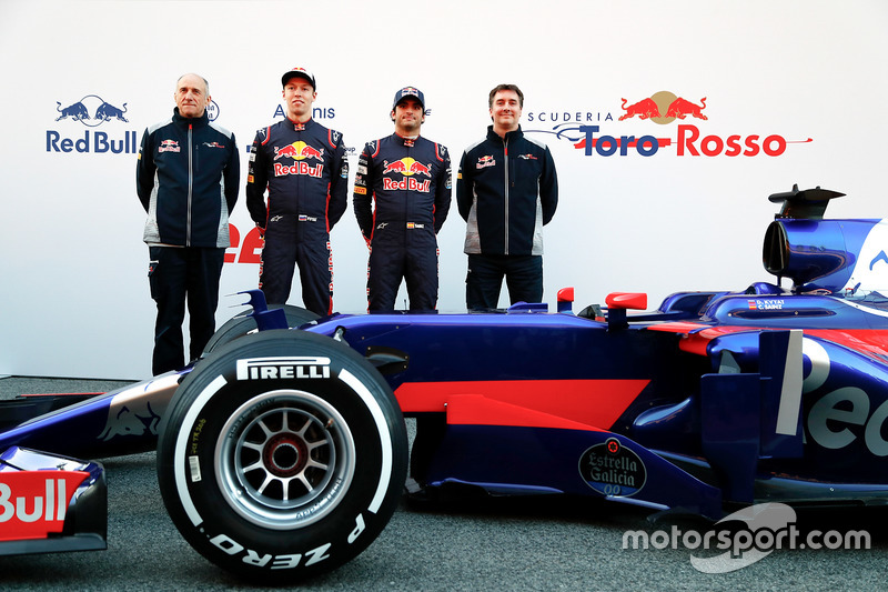 Франц Тост, глава команды Scuderia Toro Rosso, Даниил Квят, Карлос Сайнс, Scuderia Toro Rosso STR12, Джеймс Ки, технический директор Scuderia Toro Rosso