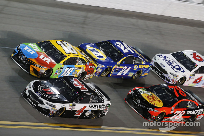Kevin Harvick, Stewart-Haas Racing, Ford; Kyle Busch, Joe Gibbs Racing, Toyota; Chase Elliott, Hendrick Motorsports, Chevrolet