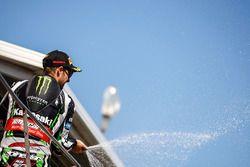 Podium : le vainqueur Jonathan Rea, Kawasaki Racing fête sa victoire avec du champagne