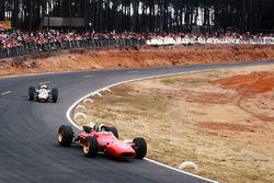 Крис Эймон, Ferrari 312, и Денни Хьюм, Brabham BT24 Repco